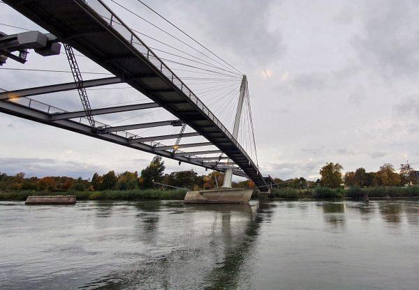 Eine doppelte Fußgängerbrücke über den Rhein