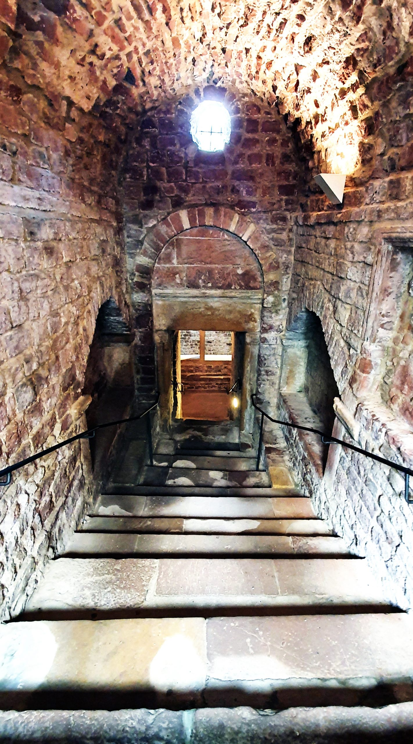 Treppen zum Badeschacht des Ritualbads im Judenhof in Speyer