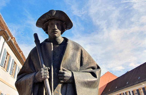 Die Statue des Jakobspilgers in Speyer