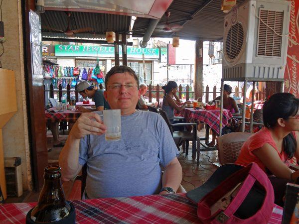 Zinni in einer Bar in Calangute (Goa, Indien)