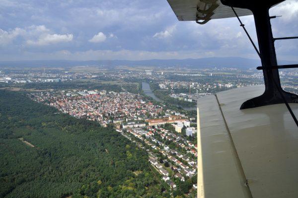 Am Main entlang von Schwanheim in Richtung Frankfurt