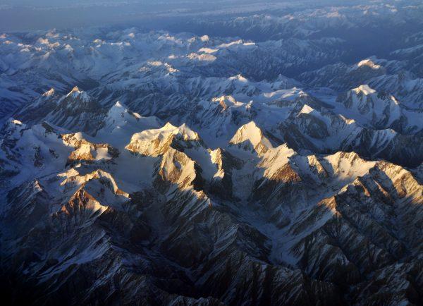 Flug nach Hause über dem Himalaya Gebirge