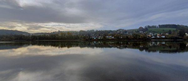 Eine Wasser-Spiegelung auf der Donau