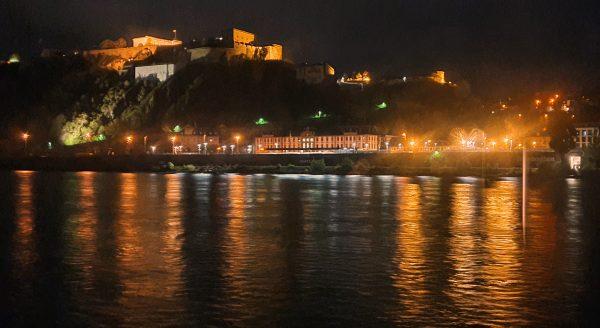 Blick auf das abendliche Koblenz und die Festung Ehrenbreitstein