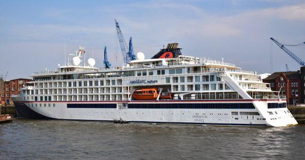 Die MS HANSEATIC nature im Hafen von Hamburg