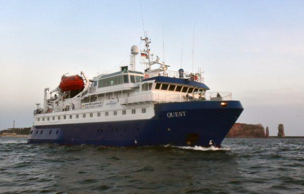 Die MS Quest vor Helgoland
