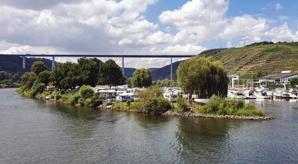 Die Moseltalbrücke und die Ferieninsel Winningen