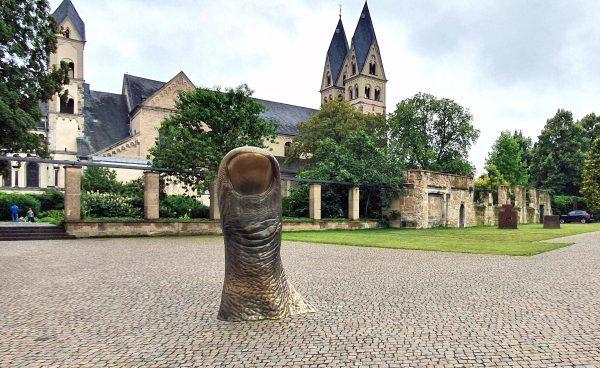 'Der Daumen' von César im Skulpturenpark von Koblenz
