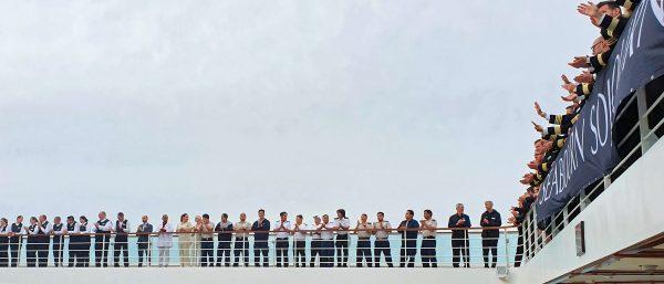 Die Crew der MS Seabourn Sojourn verabschiedet sich von seinen Gästen