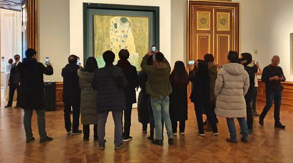 Besucher vor 'Der Kuss' von Gustav Klimt