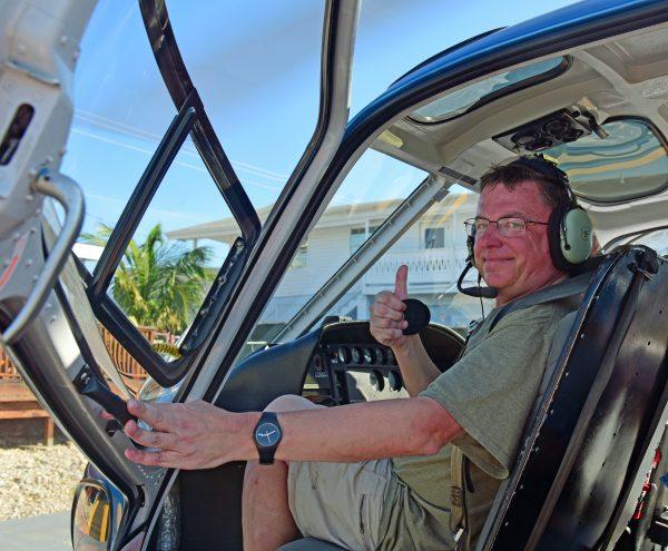 Zinni in seinem Hubschrauber in Grand Cayman