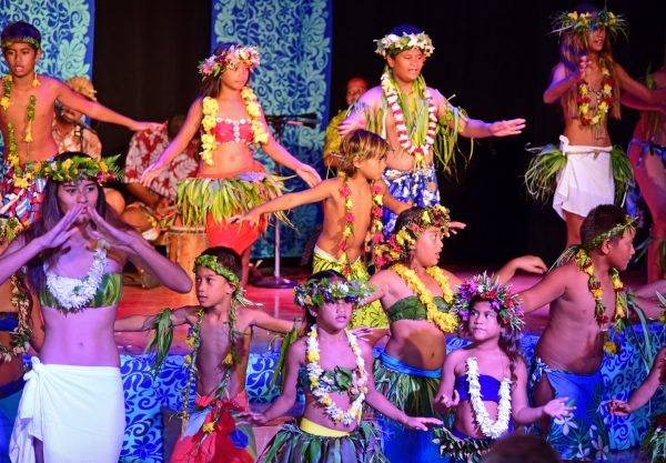 Die Jugend von Huahine tanzt