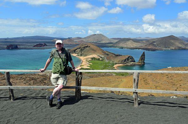 Zinni und der Blick auf die Inseln Bartolomé und Santiago