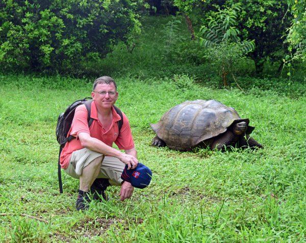 Zinni und eine Schildkröte auf Galapagos im Reservat 'El Chat'