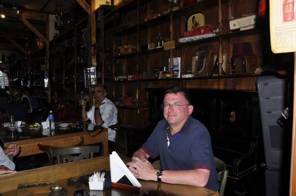 Zinni genehmigt sich ein Bier in Ushuaia