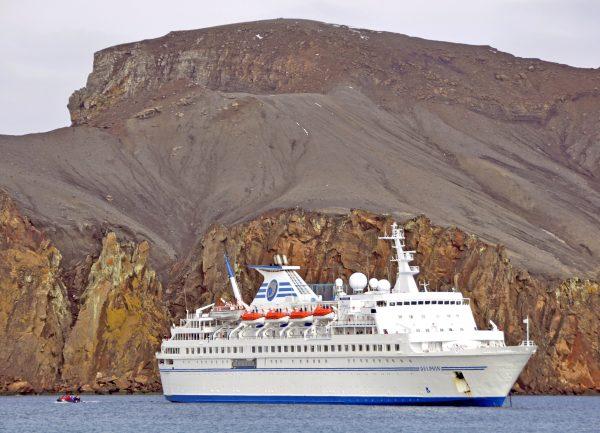 Ankunft mit der MS Delphin in Whaler's Bay, Deception Island, Süd-Shetland Inseln