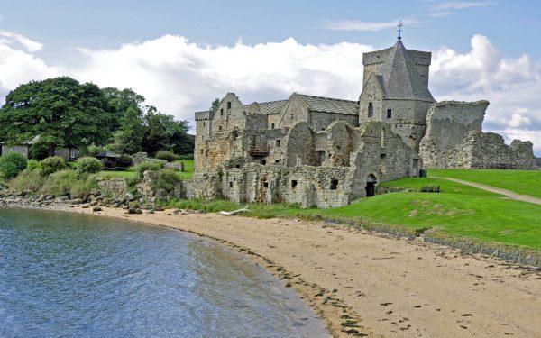 Das alte Augustinerkloster auf Inchcolm nahe Edinburgh