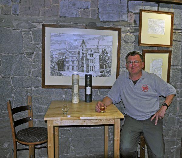 Zinni in der Oban Distillery