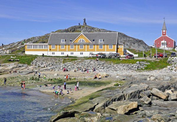 Standleben in Nuuk, im Hintergrund das alte Krankenhaus und die Domkirche