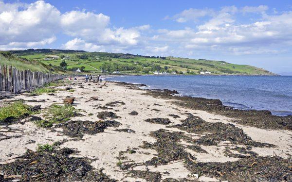 Ein Strand in Nordirland