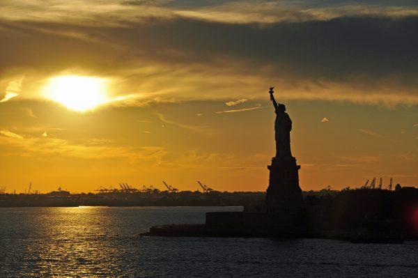 Die Freiheitsstatue von New York beim Sonnenuntergang