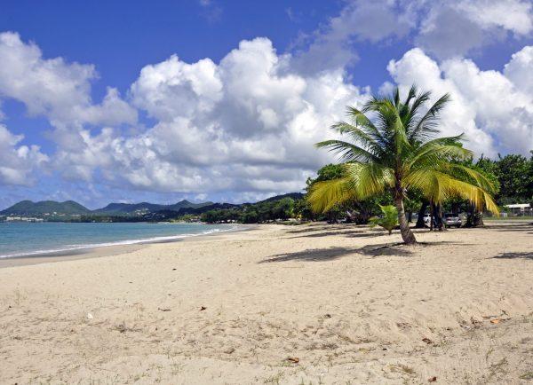 Der Strand am Flughafen von Castries, St. Lucia