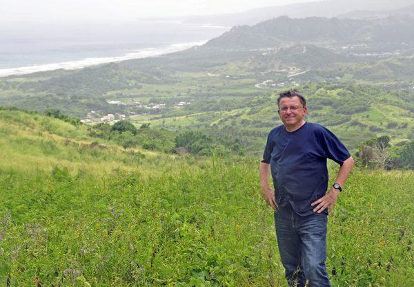 Zinni auf Barbados mit Blick vom Cherry Tree Hill