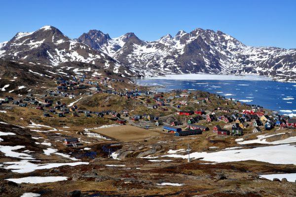 Blick auf Tasiilaq im Osten von Grönland