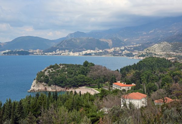 Panoramablick auf eine Küste der Adria