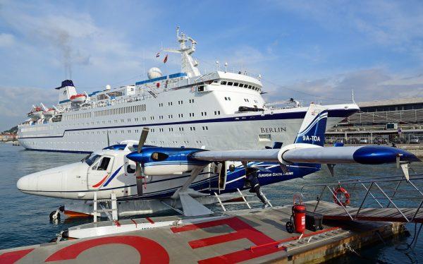 Die MS Berlin und ein Flugzeug der European Coastal Airlines