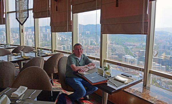 Zinni im Aussichtsrestaurant vom Sofitel in Jinan
