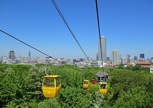 Seilbahn zum Thousand Buddha Mountain Park / Jinan