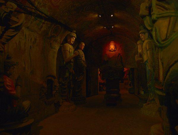 Eine Höhle im Thousand Buddha Mountain Park / Jinan