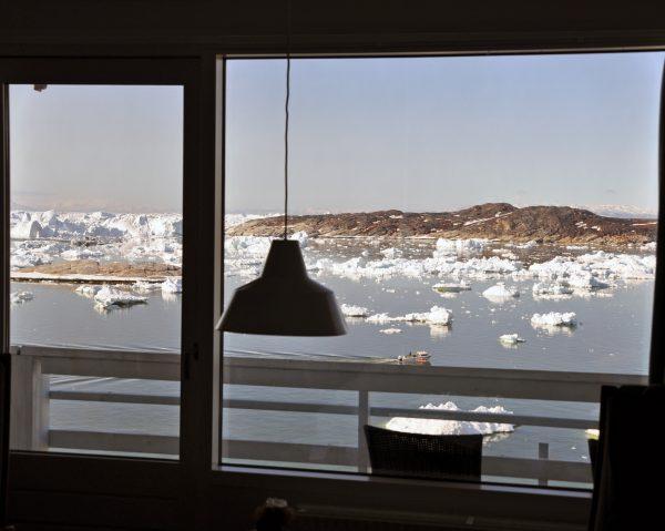 Ausblick auf die Eisberge von meinem Zimmer im Hotel 'Hvide Falk' in Ilulissat