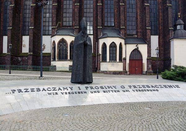 Denkmal von Bischof Boleslaw Kominek in Breslau