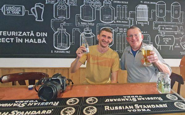 Zinni und seiner neuer Freund in einem Bier-Pub von Bukarest