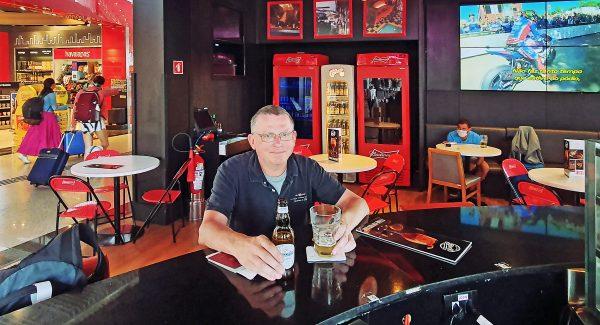 Zinni in der 'Sports Drinks N' Bar im Airport Sao Paulo