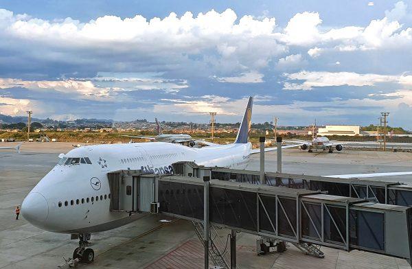 Blick auf einen Lufthansa Jumbo und das Rollfeld vom Airport Sao Paulo