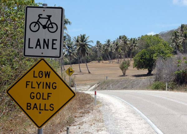 Warnung vor tief fliegenden Golfbällen