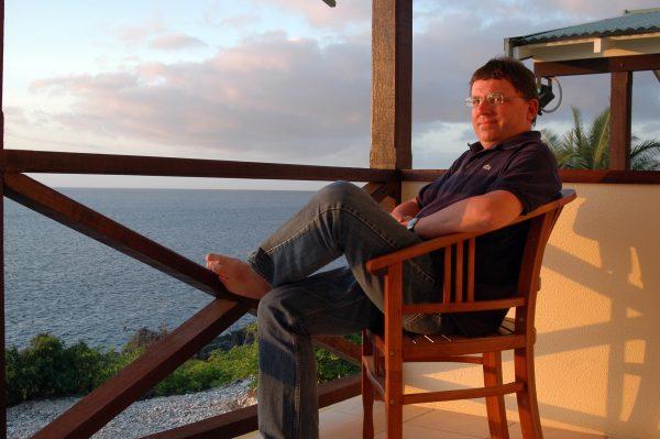 Zinni auf seiner Veranda auf Christmas Island