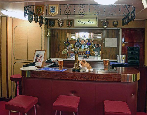 Die Verge Inn Bar auf der HMY Britannia in Leith