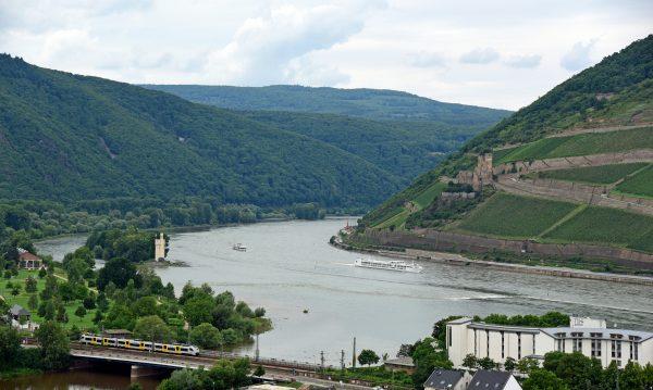 Blick von der Burg Klopp auf die Burg Ehrenfels und der Mäuseturm