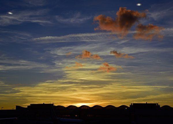 Die Sonne geht unter am Airport von Miami