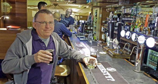 Zinni im lokalen Pub von Stromness, Orkney Inseln, Schottland