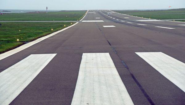 Fahrt über die Runway des Flughafens von Shetland, Schottland