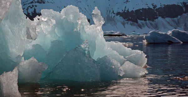 Ein Eisberg in Burgerbukta, Spitzbergen