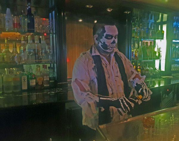 Ein Barkeeper an Halloween auf der MS Silver Whisper