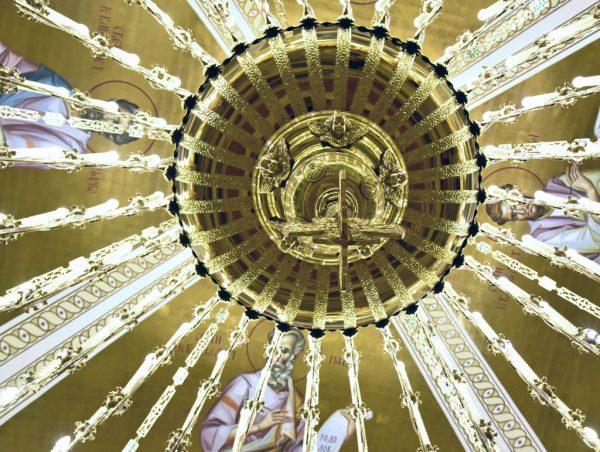 Ein Kronleuchter in der Krypta im Dom des Heiligen Sava in Belgrad