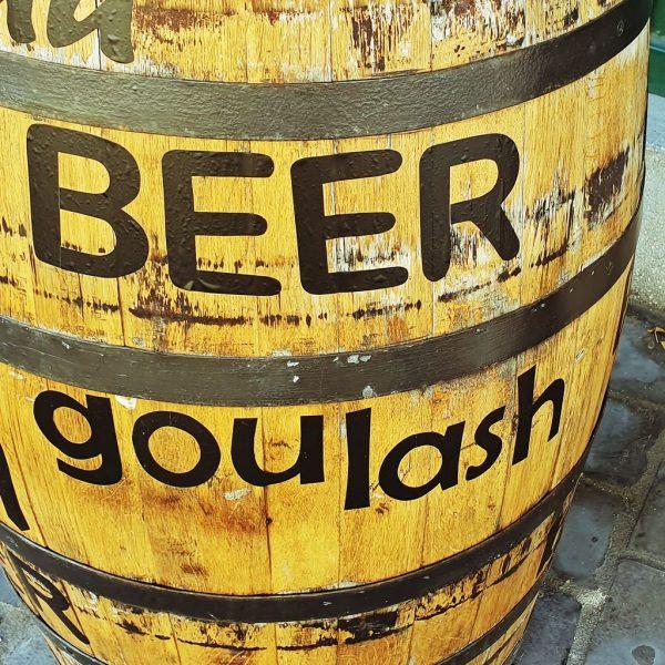 Bier und Gulasch in Budapest