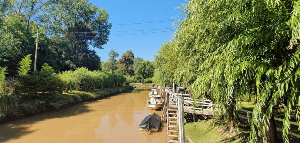Eintritt zum Garten vom Restaurant 'Gato Blanco' im Tigre-Delta